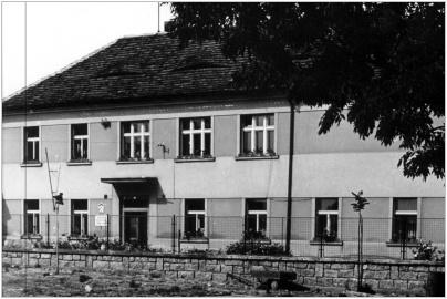 Budova školy v roce 1965