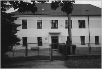 Budova školy v roce 1999