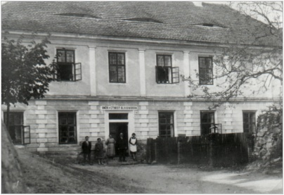 Školní budova v roce 1927